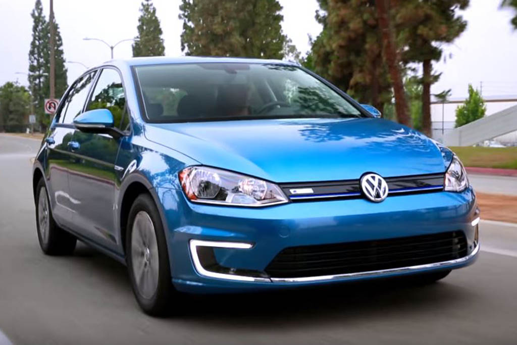 2016 Volkswagen e-Golf: 5 Reasons to Buy - Video