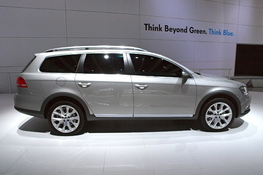 Volkswagen Alltrack Concept: New York Auto Show featured image large thumb2