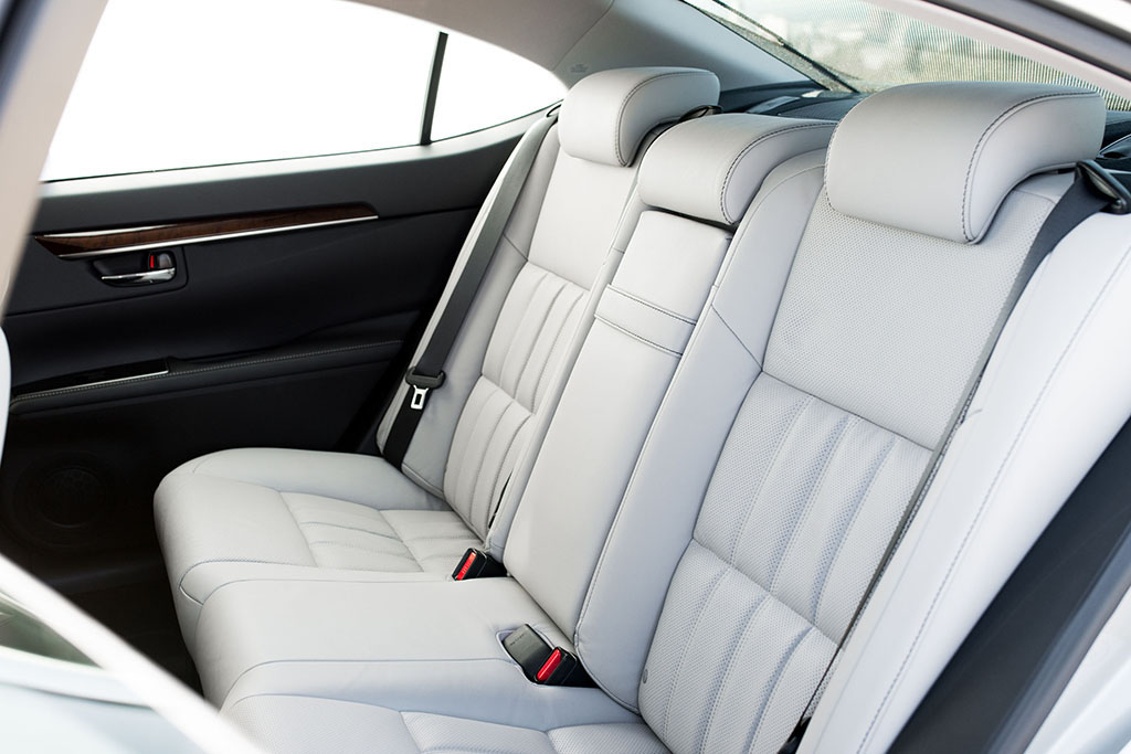 2017 Lexus ES350 backseat