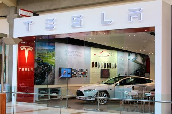 Tesla is Turning the Car Sales Model on Its Head featured image large thumb0