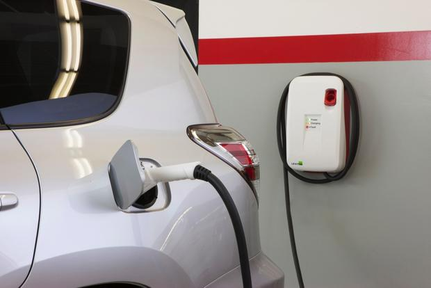 Study: Electric Vehicles Catching on Faster than Hybrids Did featured image large thumb0