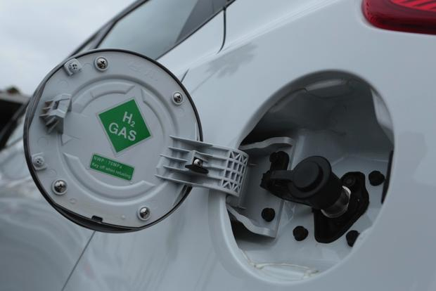 Hyundai Tucson Fuel Cell Travels 435 Miles on 1 Tank of Hydrogen featured image large thumb0