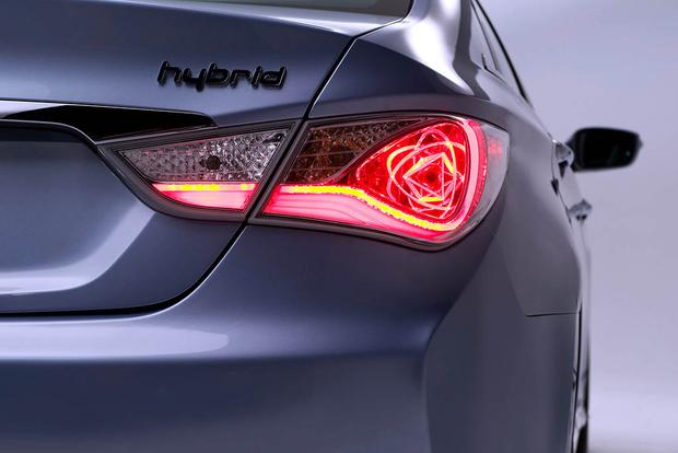 Car Tail Lights >> The Hyundai Sonata Hybrid Has Amazingly Cool Taillights