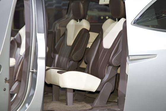 Chrysler 700C Minivan Concept: Detroit Auto Show featured image large thumb6