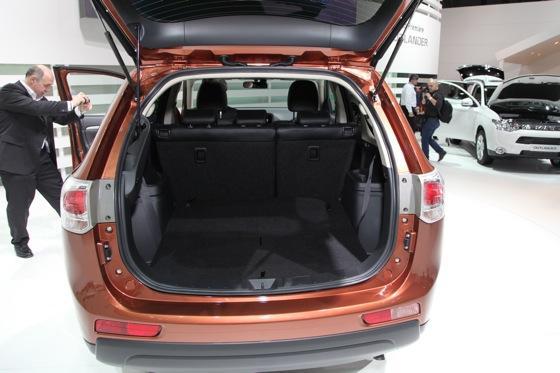 2013 Mitsubishi Outlander: Geneva Auto Show featured image large thumb8
