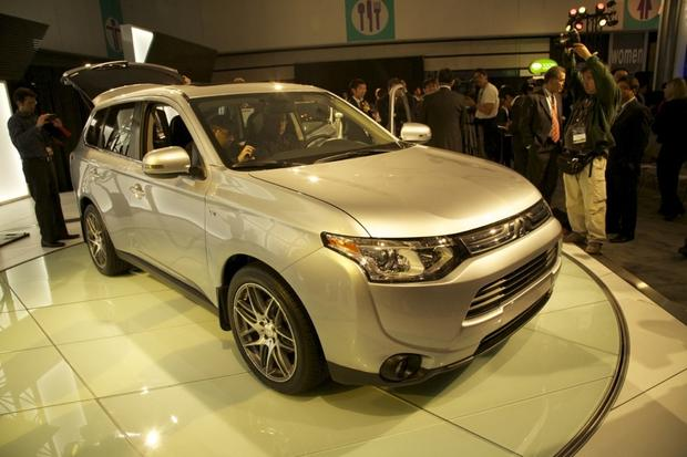 2014 Mitsubishi Outlander: LA Auto Show 2012 featured image large thumb2