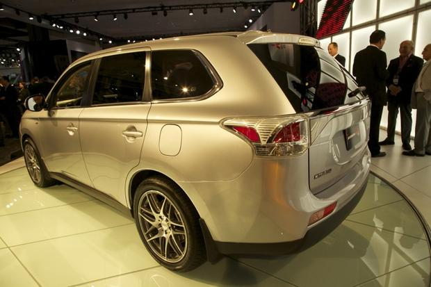 2014 Mitsubishi Outlander: LA Auto Show 2012 featured image large thumb4