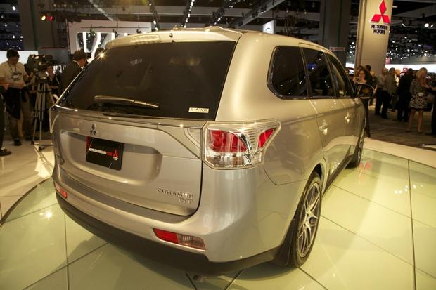 2014 Mitsubishi Outlander: LA Auto Show 2012 featured image large thumb5