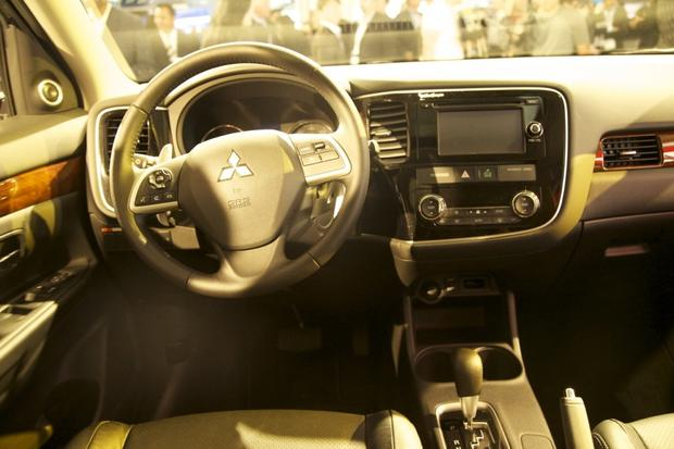 2014 Mitsubishi Outlander: LA Auto Show 2012 featured image large thumb7