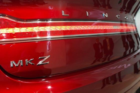 2013 Lincoln MKZ: 2012 New York Auto Show featured image large thumb10