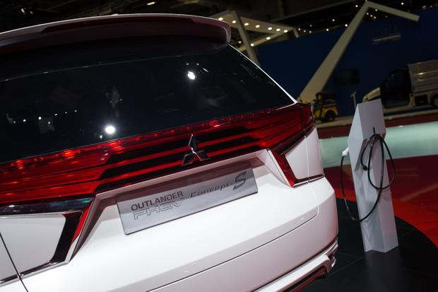 Mitsubishi Outlander PHEV Concept-S: Paris Auto Show featured image large thumb3