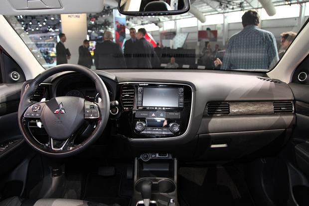 2016 Mitsubishi Outlander: New York Auto Show featured image large thumb12