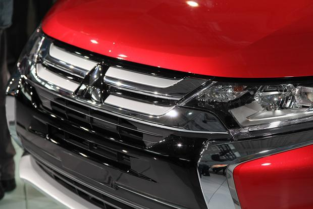 2016 Mitsubishi Outlander: New York Auto Show featured image large thumb13