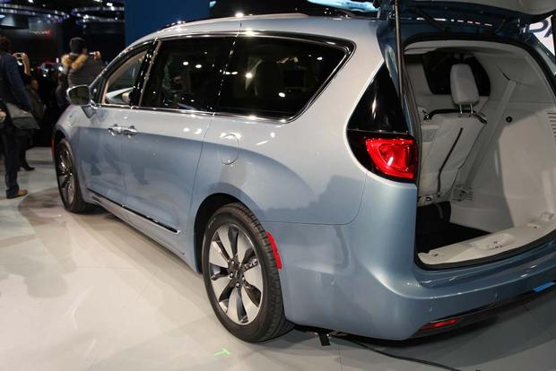 2017 Chrysler Pacifica: Detroit Auto Show featured image large thumb7