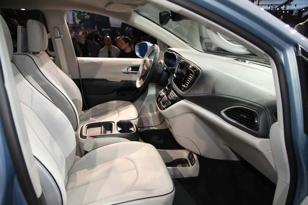 2017 Chrysler Pacifica: Detroit Auto Show featured image large thumb4