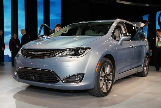 2017 Chrysler Pacifica: Detroit Auto Show featured image large thumb0