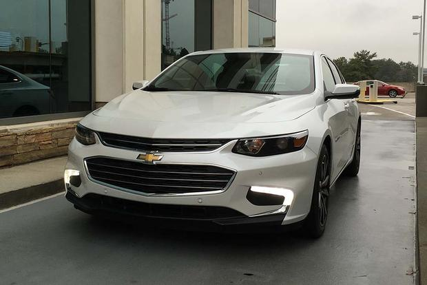 2016 Chevrolet Malibu: Apple CarPlay featured image large thumb3