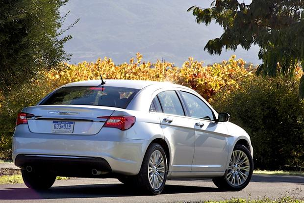 2014 vs. 2015 Chrysler 200: What's the Difference? featured image large thumb2