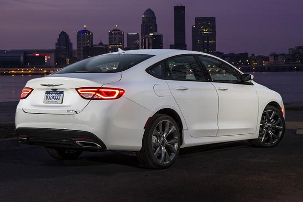2015 Chrysler 200 vs. 2015 Ford Fusion: Which Is Better? featured image large thumb1