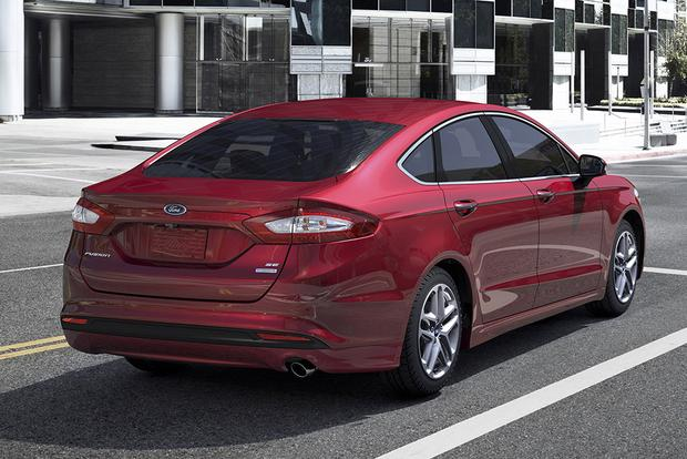 2015 Chrysler 200 vs. 2015 Ford Fusion: Which Is Better? featured image large thumb2