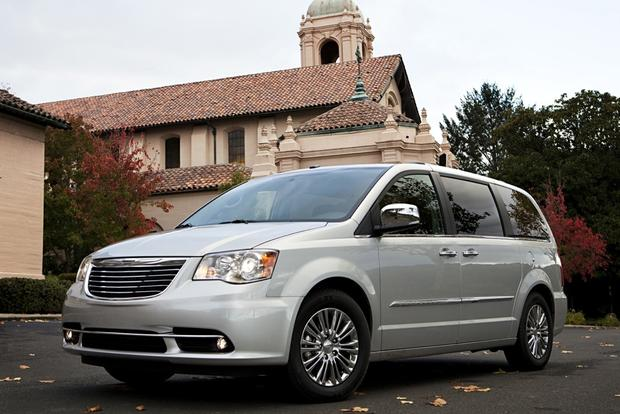 2014 Chrysler Town & Country: New Car Review featured image large thumb1