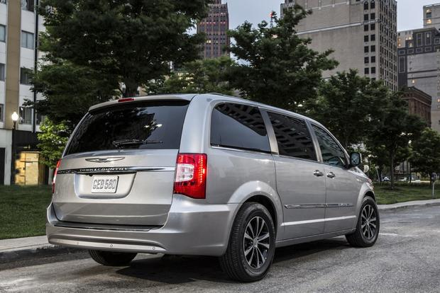 Town And Country Dodge >> 2015 Chrysler Town Country Vs 2015 Dodge Grand Caravan What S