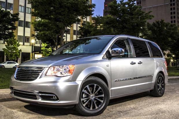 2015 Chrysler Town & Country: New Car Review featured image large thumb0