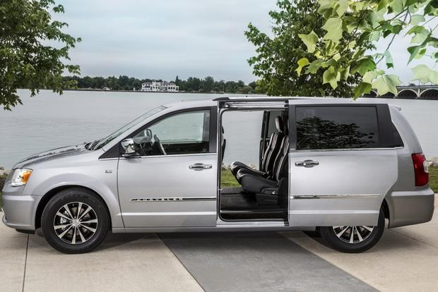 2015 Chrysler Town & Country: New Car Review featured image large thumb3