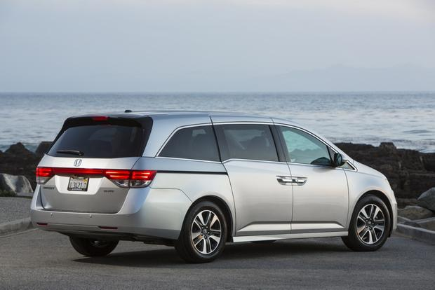 2015 Honda Odyssey vs. 2015 Chrysler Town & Country: Which Is Better? featured image large thumb3