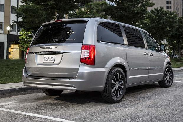 2016 Chrysler Town & Country: New Car Review featured image large thumb2