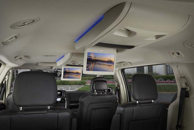 2016 Chrysler Town & Country: New Car Review featured image large thumb3