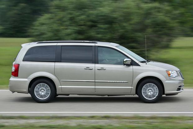 2016 Chrysler Town & Country: New Car Review featured image large thumb6
