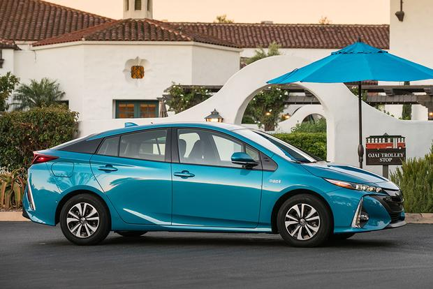 2017 Toyota Prius Prime: New Car Review featured image large thumb4