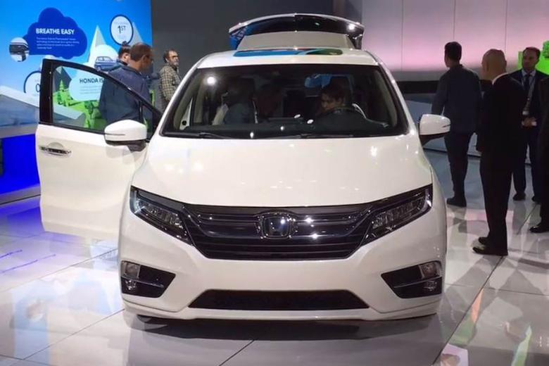 2018 honda odyssey detroit auto show video autotrader for Detroit auto show honda odyssey